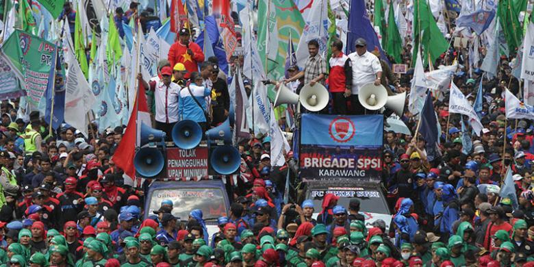 Aksi 30 Oktober 2015 di depan Istana Presiden menuntut pencabutan Peraturan Pemerintah No 78