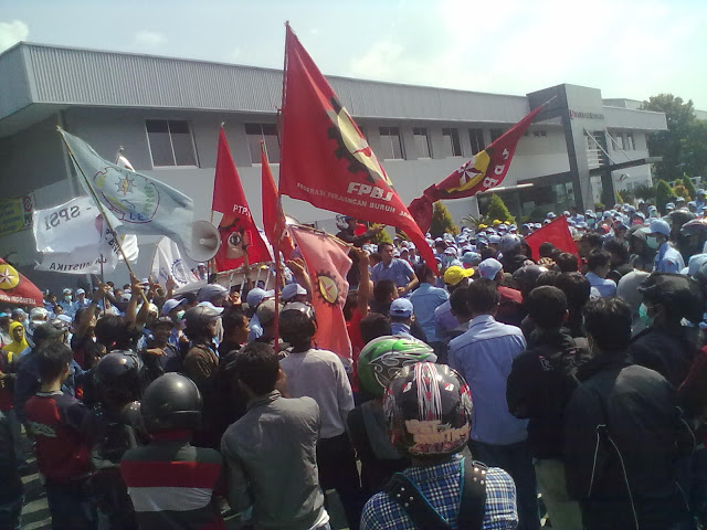 karyawan pt kyowa demo tolak outsourcing